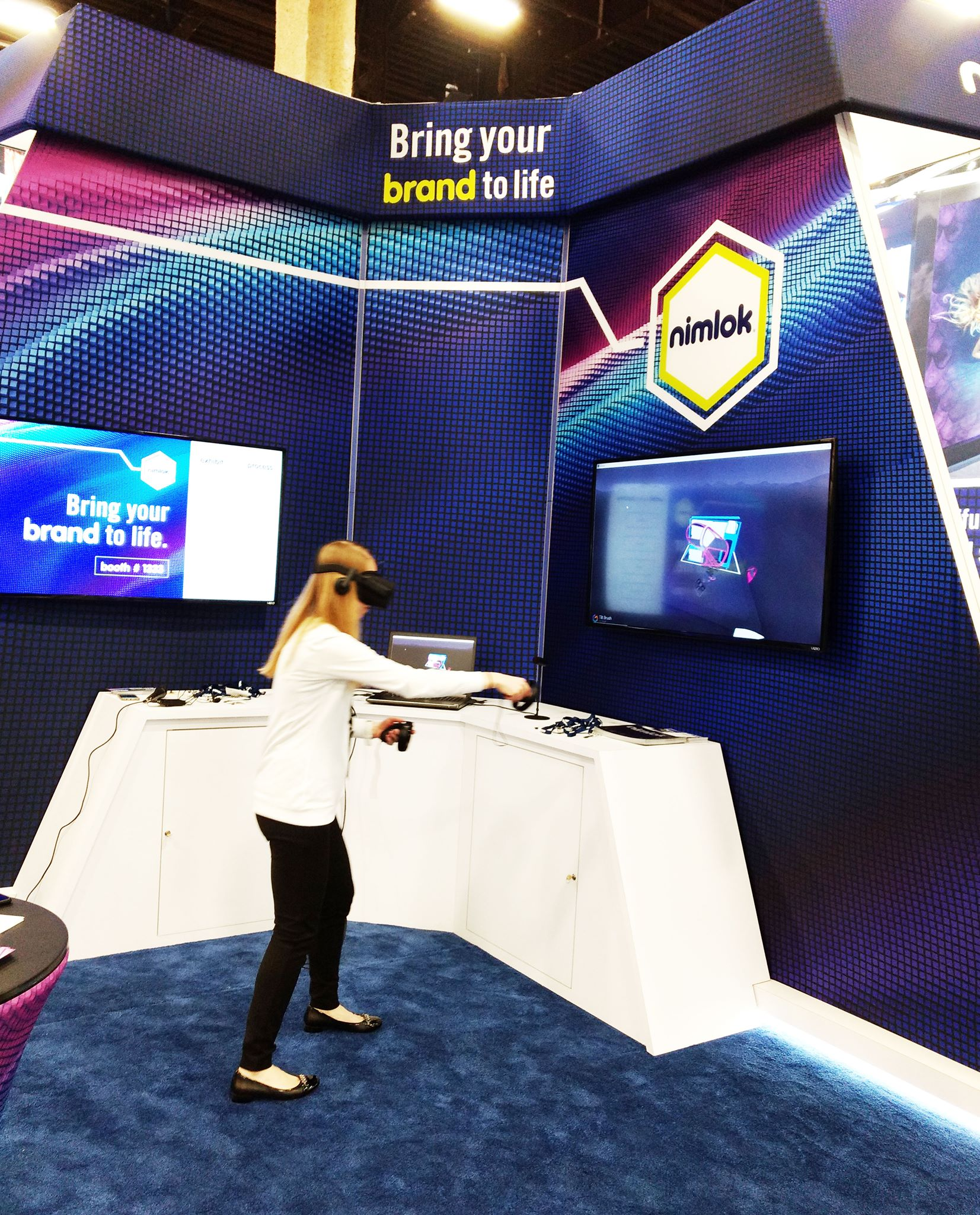 Exhibitor using virtual reality to entice trade show attendees in exhibition booth